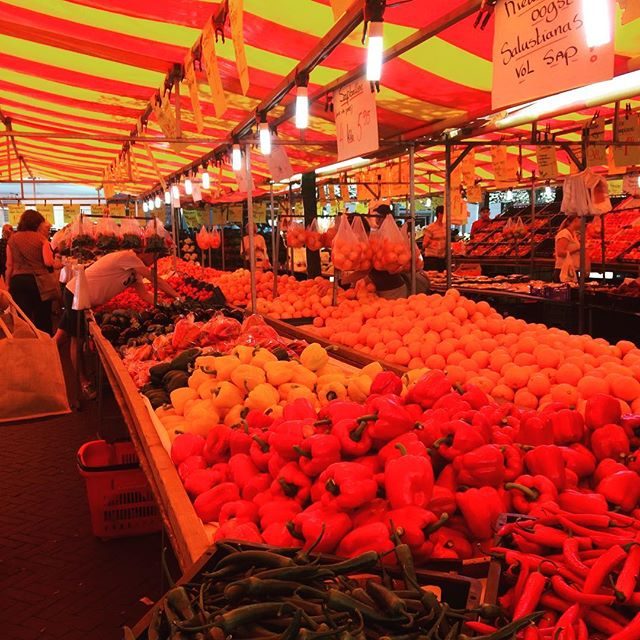 It's a vibrant 85 degrees at Bussum's outdoor market. #DutchScoop