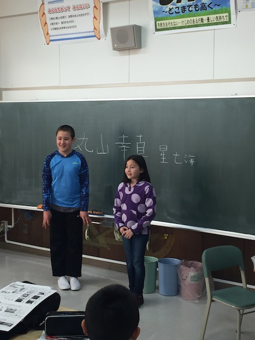 Yuki & Nanami introduce themselve by writing their names on the blackboard