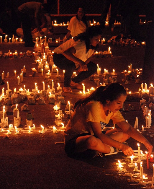 Photo caption: Lighting 3,000 candles in memory of Doña Teresa and those that died because of the corruption in the IHSS. Tegucigalpa. Photo by: Unknown