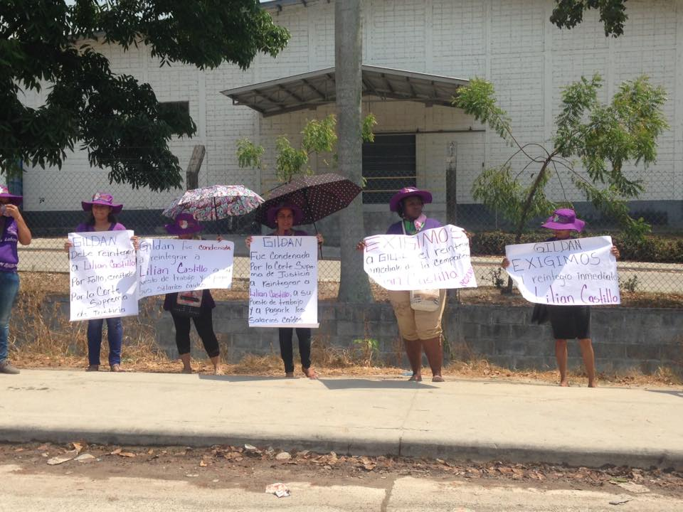 Photo Caption: Outside of Gildan's factory, CODEMUH and Lilian demand that Gildan respect Lilian's labor rights. Picture by CODEMUH