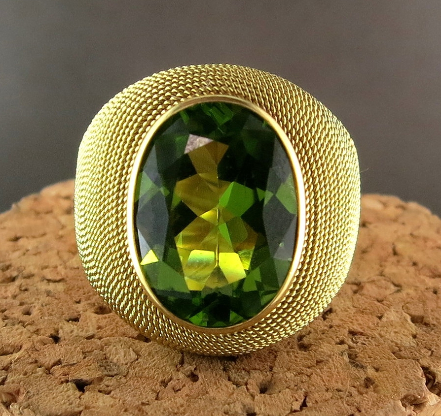 18 Karat Yellow Gold and Peridot Ring (MB883)