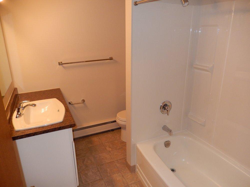 bathroom 203-619 Idydwyld Cr.JPG