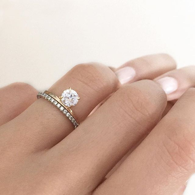 Single Solitaire Engagement ring in Gold with Small Diamond Band