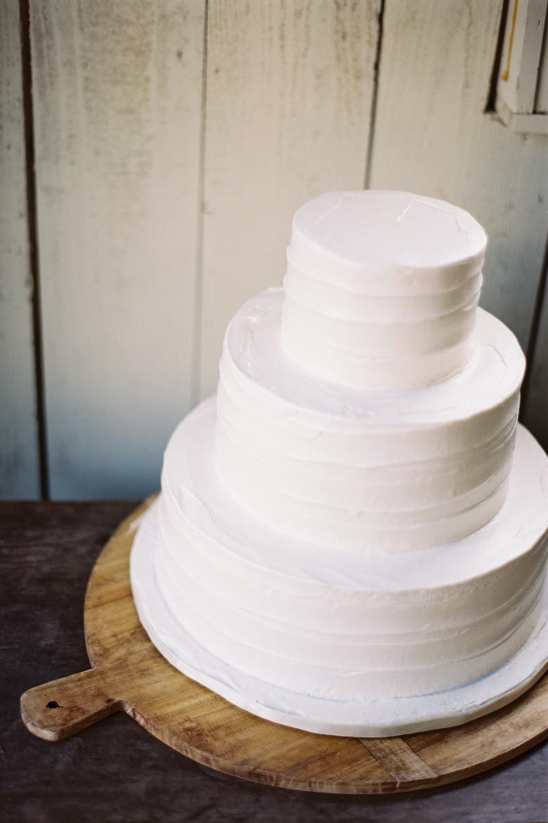 14 Minimalist White Wedding Cake Styles — the bohemian wedding