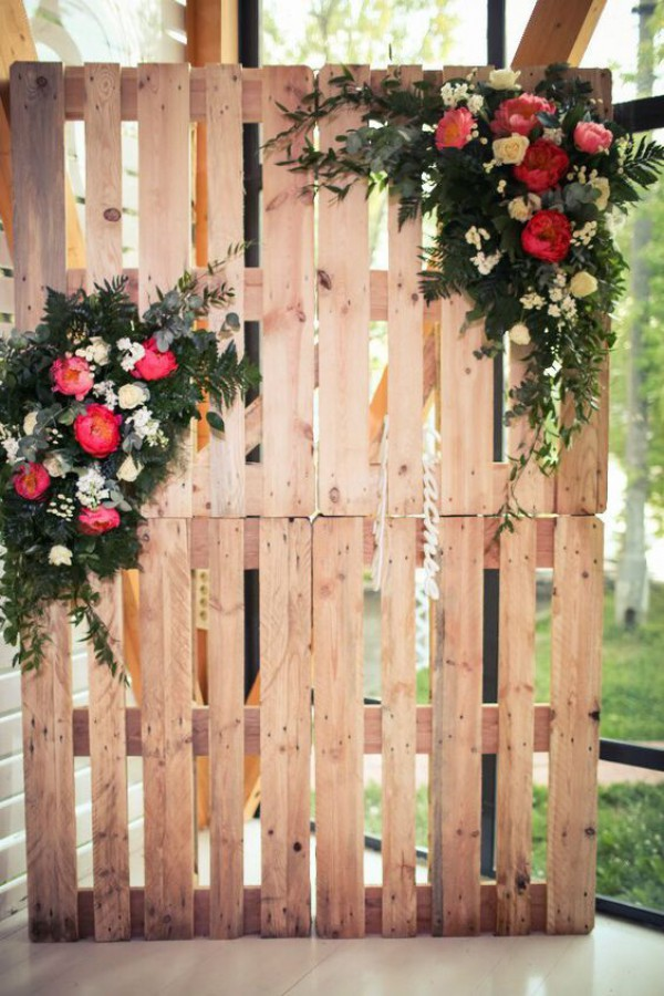 Wooden Pallet Backdrop with Flowers