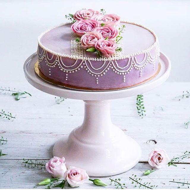 We are absolutely loving summer celebrations right now! We've selected our top summer inspired wedding cakes with flowers for your own boho wedding day! Do you prefer bright and bold flowers or simple and soft? Each wedding cake is unique! Link in profile. 🌸 Inspo via @culinarydots . . . . #bohowedding #wedding #weddingcake #cake  #flowers #summerwedding #weddinginspiration #weddingideas #vegancake #vegan #follow #thebohemianwedding