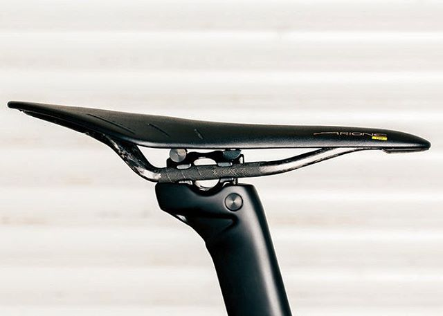 Our aero adjustable seatpost can handle aluminum or carbon rails with aplomb. #scapinkalibra #kalibradisc 📷@lifeisabeautifuldetail