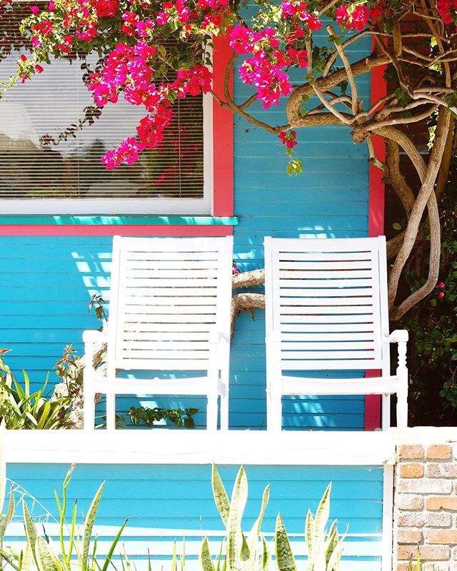 🌺 Love this front porch in Encinitas, one of many many gems. . . . #darlingescapes #thatsdarling #neverstopexploring #wanderlust #mytinyatlas #flashesofdelight #suitcasetravels #darlingmoment #cntraveler #glt