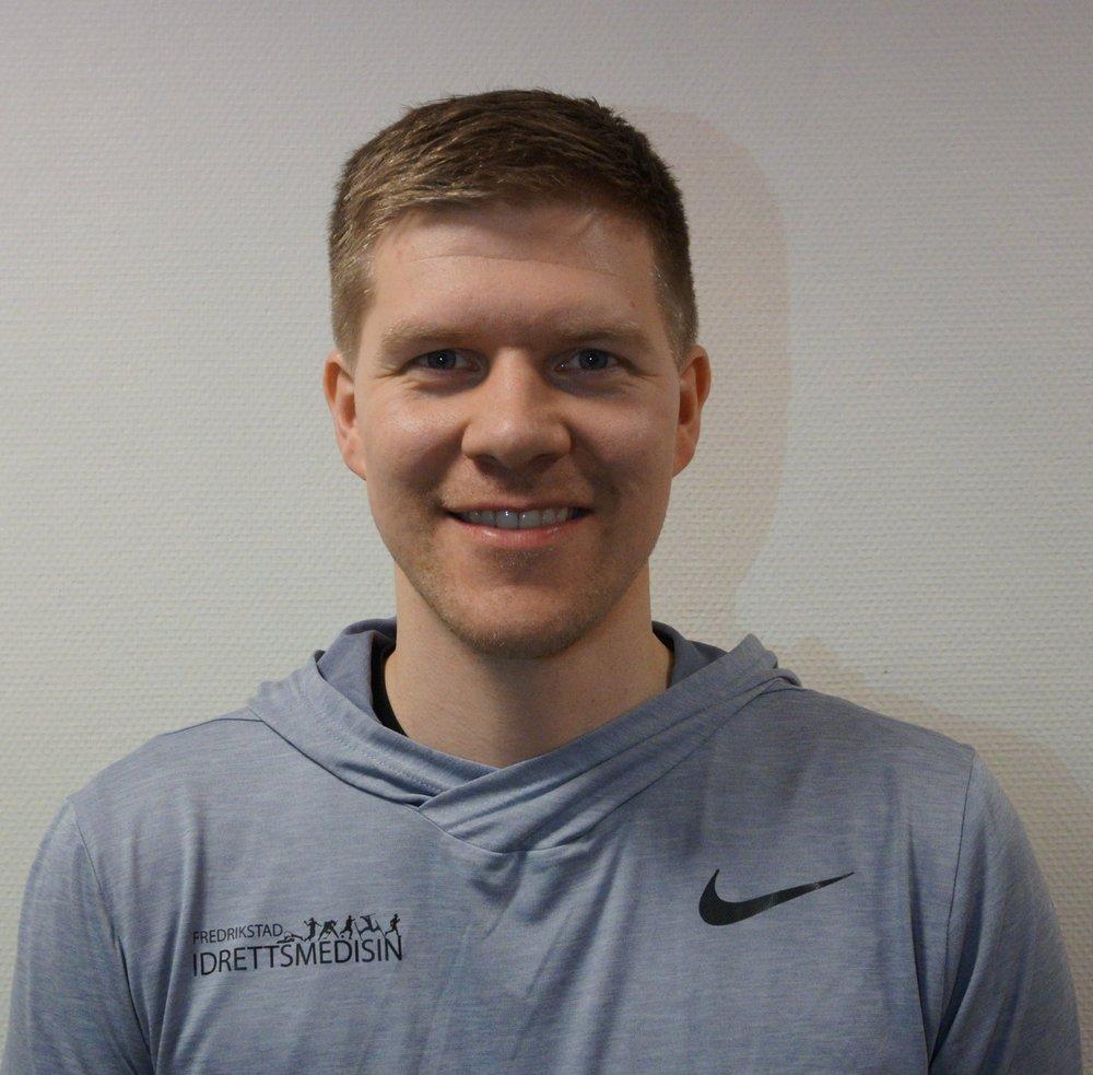 HenrikWarpe-Kinn - Henrik er utdannet fysioterapeut ved Høgskolen i Bergen. Han jobber hovedsakelig med pasienter med skulder-, hofte- og kneplager og har en aktiv tilnærming til fysioterapi. Han er også medisinsk ansvarlig for Stjernen Hockey og Slevik InnebandyKlubb.Henrik har tidligere jobbet med Åsane Fotball i OBOS-ligaen, Olympiatoppen Vest , Olympiatoppen Next Generation og Toppidrettslinjen på Tertnes.Mob. 92082958 Mail. henrik@frim.no