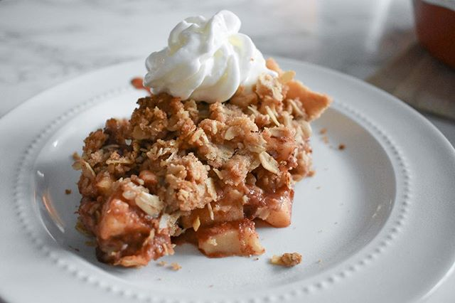 Sharing some Miseroy family secrets in the form of this apple crumble pie recipe. This is one of my favorite dishes to make throughout the year; not only because it is delicious, but because I make it with my dad each Thanksgiving. Grab the recipe by tapping the link in my bio and share this dish with your fam.