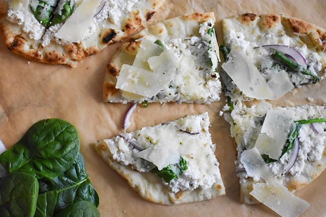 A train ride to Sweden gave me plenty of time to edit all the recipe photos I've been hoarding on my desktop, including this super easy and delicious ricotta & spinach flatbread. Grab the recipe by tapping the link in my bio!