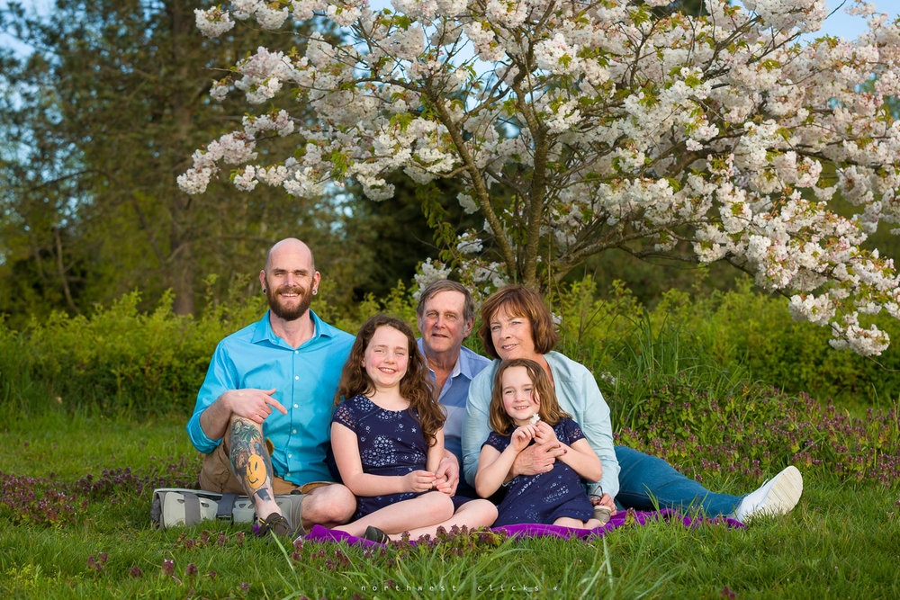 A fun outdoor family photo session in Discovery Park