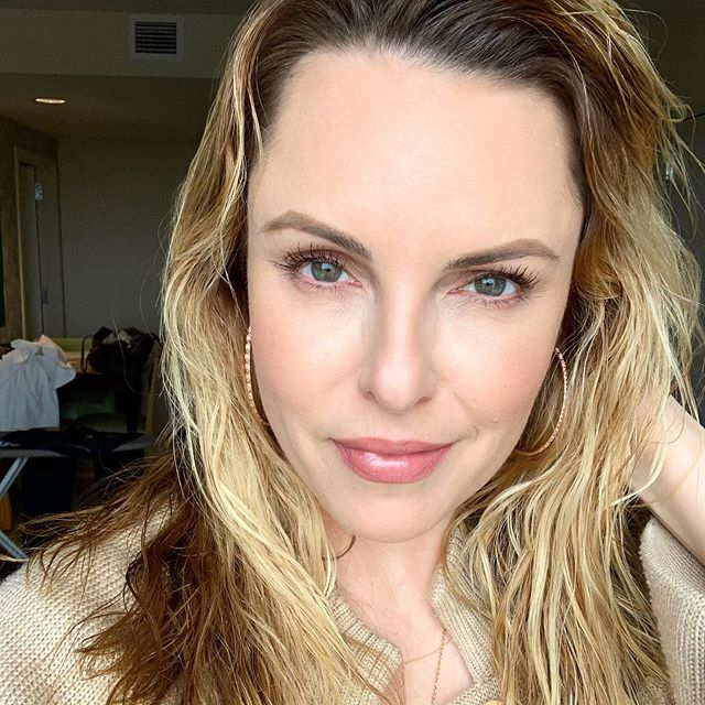 🏢 Hotel living at it's finest!!! Wanted to share with you all my daily look while I live out of a hotel. Very minimalist and made up of my current go-to's. Go to my stories for full product details 👆🏻#ellesquad #nofilter #beautyover30 #cleanmakeup #lovetheskinyourin