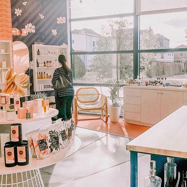 The dreamiest space of our dreamiest retailer, @lemon_laine! In their Houston location, you can find our Facial Cleanser, Louisa Body Oil, Reverie Body Oil and Feel Good Potion. If you're in the area, definitely pay them a visit! 🌸💫💕 . . .  #oxalisapothecary #planttobody #naturalbeauty #naturalskincare #cleanbeauty #greenbeauty #plantbasedskincare #nontoxicskincare #organicskincare #skincareobsessed #indiebeauty #selfcareroutine #skincareroutine #lemonlaine #houston #wellnessshop #cleanbeautyshop #dreamspace #skincareisselfcare #minimalistskincare #cleancommunity #facialcleanser #claycleanser #bodyoil #feelgoodpotion #feelgoodfirst #mondaymuse #mondayhustle