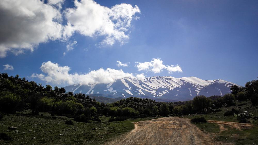 Ο δρόμος προς τον Άγιο Υάκινθο, κάτω από τις «Κορυφές»