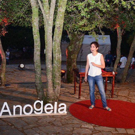 Μυρτώ Βλαζάκη, 20 χρόνων, φοιτήτρια Ιατρικής. Η αγγελιοφόρος του TEDxAnogeia στη σκηνή. #ΤEDxAnogeia #Anogeia #Crete
