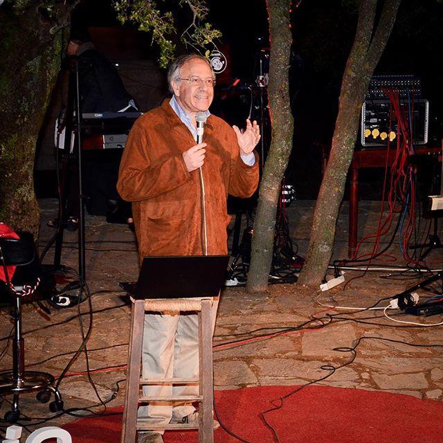 ΟTomas HirschΧιλιανός πολιτικός, ακτιβιστής, προεδρικός υποψήφιος της Χιλής, μίλησε για τον οικουμενικό ανθρωπισμό,ο οποίος τοποθετεί τον Άνθρωπο ως κεντρική αξία του. Επεσήμανε την ανάγκη να ενισχύσουμε την αξία της διαφορετικότητας της φυλής, της θρησκείας & της κουλτούρας. Να εγκαταλείψουμε την προσπάθεια να επιβάλουμε ένα και μόνοοικονομικό μοντέλο, μια και μόνο κουλτούρα. #TEDxAnogeia #LightYourWayUp #tedx#speakers #Agios_Yakinthos #Psiloritis #Anogeia #Crete #Greece