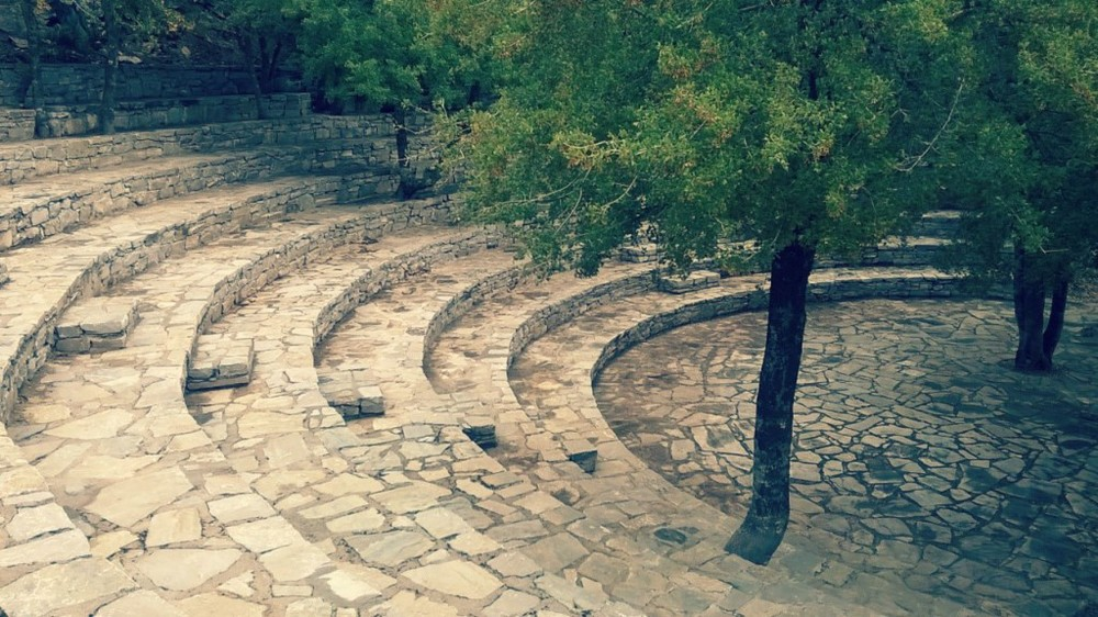 Το πέτρινο αμφιθέατρο του Αγίου Υακίνθου προτού καταφθάσουν οι πρώτοι TEDxers