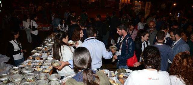 Το κοινό συρρέει να γευτεί τα εξαίσια παραδοσιακά κρητικά εδέσματα.