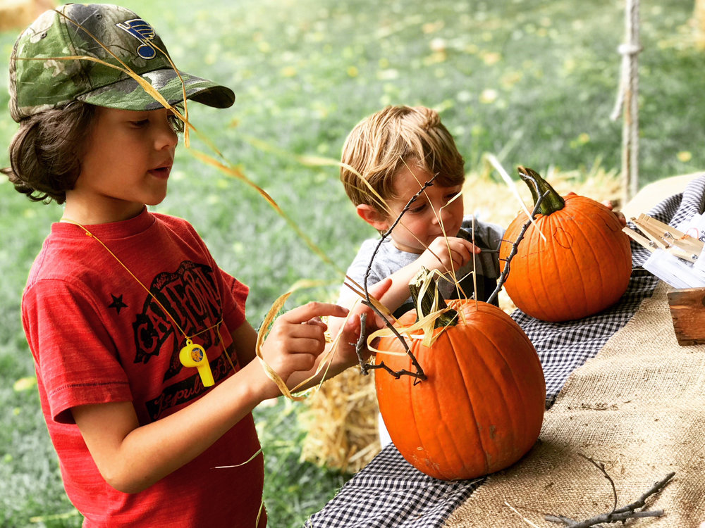 Kids Decorating Pumpkins_7426.jpg