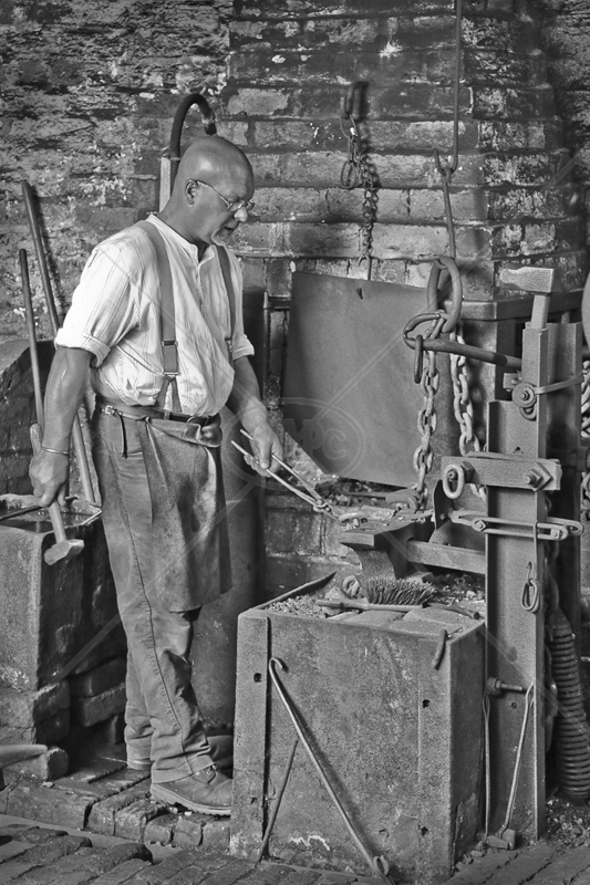 Chain Maker by Peter Hodgkison - C (Int mono)