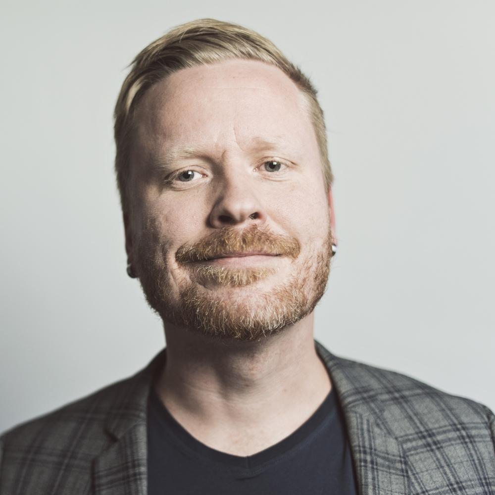 Sami Minkkinen pitääHavaintoja parisuhteesta -blogia ja Facebook-sivua, joka on kasvanut valtavaan suosioon. Hänen tekstinsäovat keränneet kymmeniätuhansia seuraajia ja tykkääjiä. 39-vuotias aviomies ja isäkirjoittaa parisuhteista yli 20 vuoden kokemuksella. Lataa>Pressikuva Kansi> Havaintoja parisuhteesta Arvostelukappaleet ja haastattelut>heini.salminen@kosmoskirjat.fi