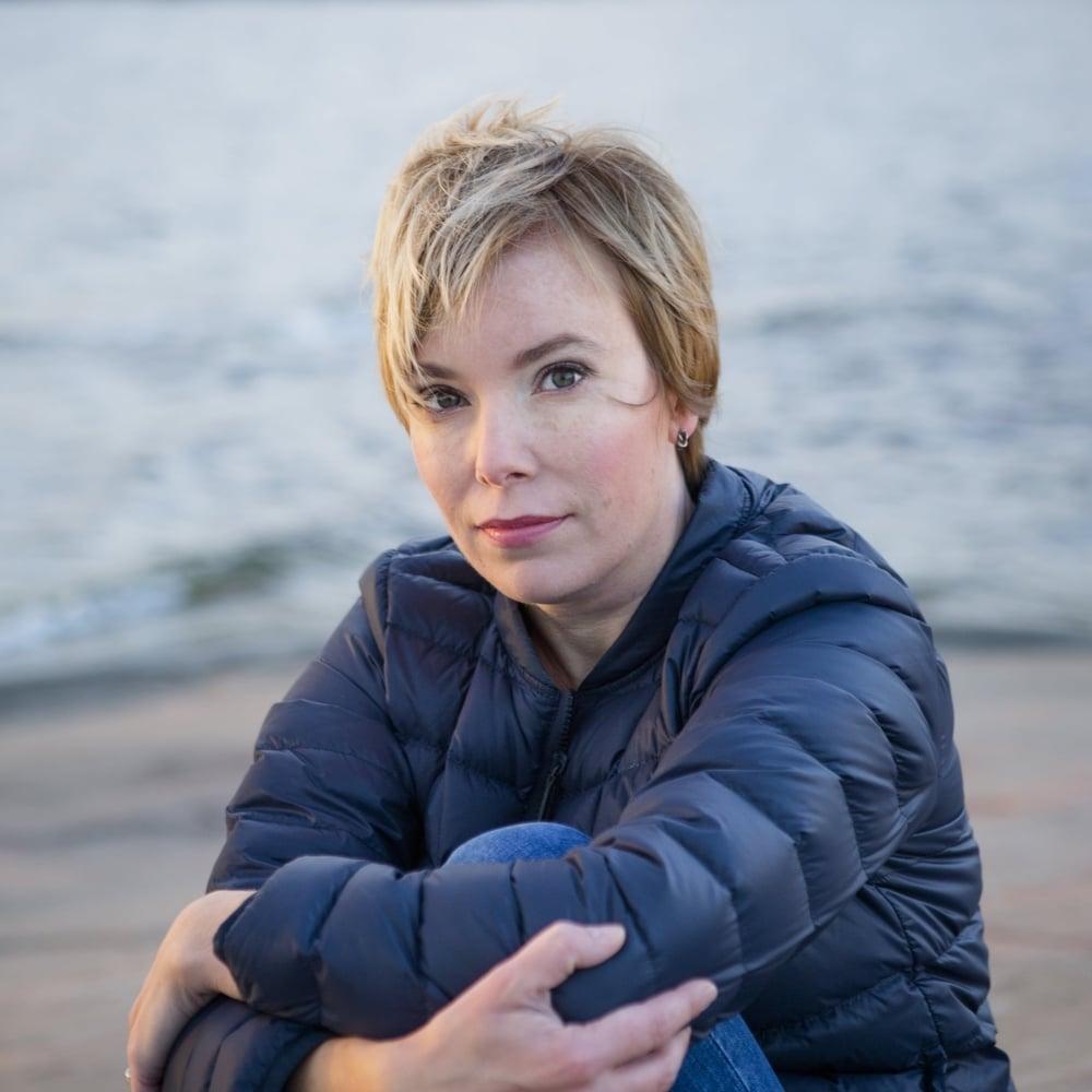Esikoiskirjailija  Ina Westman  on kirja-alan ammattilainen, ja hänet tunnetaan myös suositusta  Inahdus -kirjablogistaan. Naiseuteen liittyvistä aiheista varmalla otteella kirjoittava Westman on kahden pienen lapsen äiti, joka luottaa arjessaan valokynään ja isovanhempien hoitoapuun.   Arvostelukappaleet ja haastattelut  >  heini.salminen@kosmoskirjat.fi