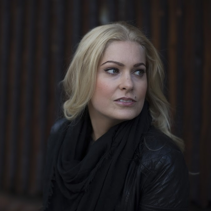 Johanna Elomaa  on helsinkiläinen toimittaja, joka on työskennellyt laajalti eri medioissa, viimeksi MTV3:n viihdetoimituksessa esimiehenä.   Arvostelukappaleet ja haastattelut  >  heini.salminen@kosmoskirjat.fi