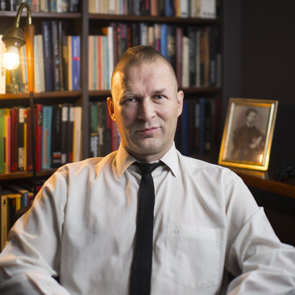 Ari Wahlsten  on helsinkiläinen kirjailija, käsikirjoittaja, ohjaaja ja näyttelijä, joka on ollut mm. Lapinlahden Lintujen jäsen. Hän opettaa kirjoittamista Kriittisessä Korkeakoulussa ja on julkaissut kaksi romaania ennen Kit Karisma -sarjaa   Arvostelukappaleet ja haastattelut  >  heini.salminen@kosmoskirjat.fi