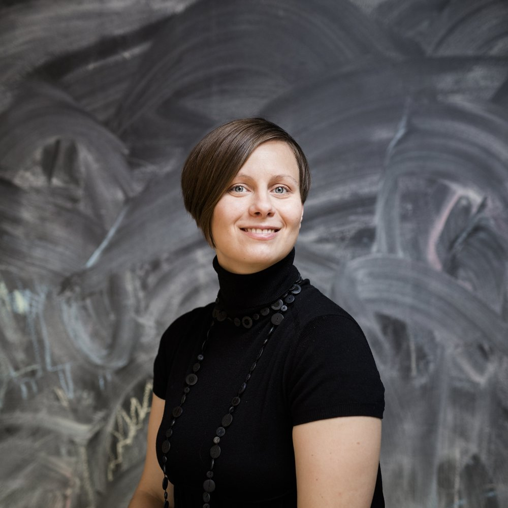 Ami Lindholm (s. 1982) on animaatio-ohjaaja, jonka vauvasarjakuvat ovat riemastuttaneet mm. Kaksplus-lehdessä. Arvostelukappaleet ja haastattelut>heini.salminen@kosmoskirjat.fi