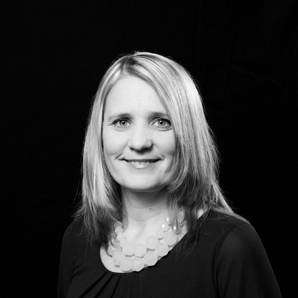 Leena Paasio  on äidinkielen ja kirjallisuuden opettaja ja kirjailija.  Menetetty tyttö  on Paasion toinen teos. Hänen ensimmäinen romaaninsa, uusperheen elämää kuvaava  Melkein äiti  (2015), keräsi runsaasti kiitosta lukijoilta.   Arvostelukappaleet ja haastattelut  >  heini.salminen@kosmoskirjat.fi