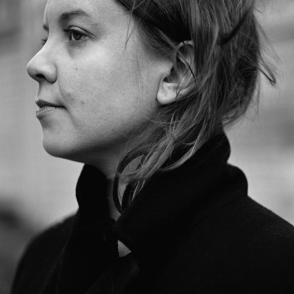 Tekla Inari   on 1980-luvulla syntynyt helsinkiläinen taiteilija, joka sekä valokuvaa että kirjoittaa. Kollaasimaisissa, kuvaa ja tekstiä yhdistävissä teoksissaan hän pyrkii yhdistämään henkilökohtaisen, yhteiskunnallisen ja esteettisen. Hänen ensimmäinen teoksensa   Perintö / Legacy   valittiin vuoden kauneimpien kirjojen joukkoon.     Lisätiedot ja arvostelukappaleet:     Heini Salminen /  heini.salminen@kosmoskirjat.fi