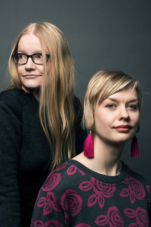 Johanna Vehkoo  on tutkiva toimittaja. Hän toimii johtajana  Feministisessä ajatushautomo Hatussa  ja on yksi tutkivaa journalismia julkaisevan  Long Playn  perustajista.   Emmi Nieminen  on sarjakuvaan keskittynyt kuvataiteilija ja kuvittaja, joka on ollut kahdesti ehdolla Sarjakuva-Finlandia-palkinnon saajaksi. Nieminen on myös  Tampereen Taidehalli  -kollektiivin perustajajäsen.   Arvostelukappaleet ja haastattelut  >  heini.salminen@kosmoskirjat.fi