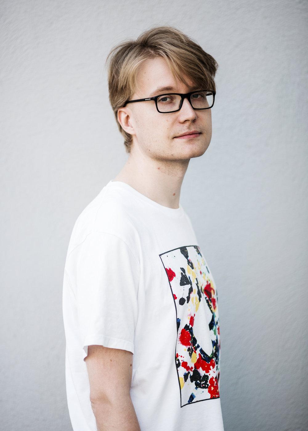Pontus Purokuru  on tietokirjailija ja johtava nuori pop-filosofi. Hän ylläpitää mm. Toimittaja testaa -blogia, Mikä meitä vaivaa -podcastia ja ollut mukana kirjoittamassa kirjoja median vallankäytöstä, aktivismin historiasta ja vuoden -68 tapahtumista.  Täysin automatisoitu avaruushomoluksuskommunismi  on hänen ensimmäinen kokonaan oma teoksensa. Kuva: Meri Björn.   Arvostelukappaleet ja haastattelut  >  heini.salminen@kosmoskirjat.fi    Pressikuvat  >  Kansi   I   Kuva 1   I   Kuva 2