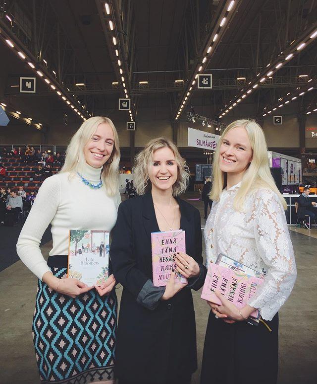 Kiitos Eveliina, Sisko ja Susanne, teitä olisi voinut kuunnella koko päivän! 💘 Eveliina Nieminen & Late Bloomers -kirja myös huomenna lauantaina Kallio-lavalla klo 18:00. #latebloomersbook #ehkätänäkesänäkaikkimuuttuu #kosmoskirjat #kirjamessut