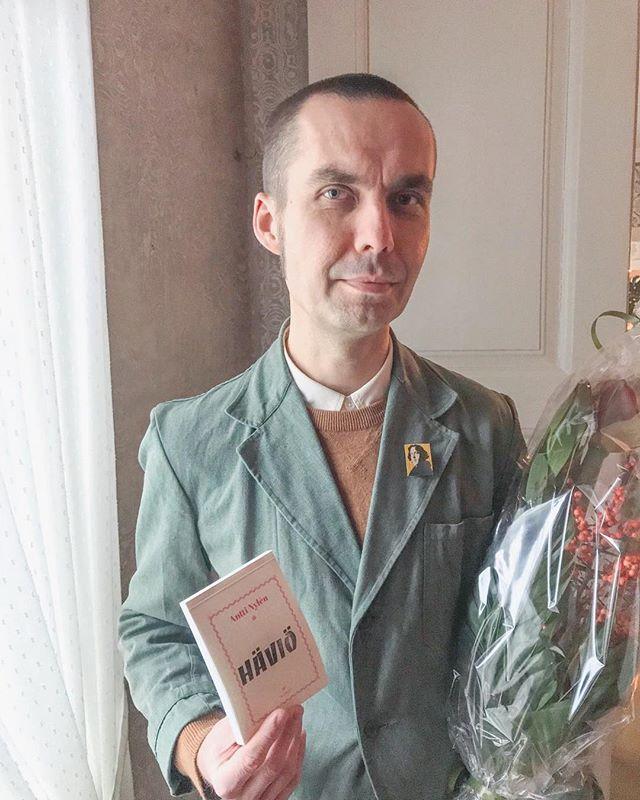 Antti Nylénin Häviö-monologi on ehdolla Runeberg-palkinnon saajaksi! Onnea, onnea! ✨ #kosmoskirjat #häviö #anttinylén #runeberg