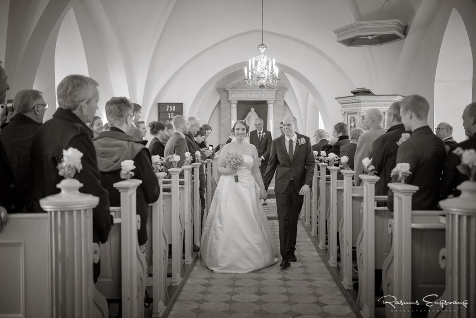 Brudepar-på-vej-ud-af-Rønnebæk-Kirke-Bryllupsbillede-3.jpg