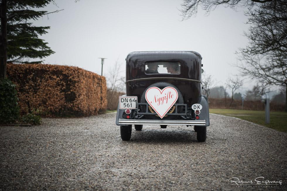 Brudepar-kørende-i-veteranbil-bryllupsbillede-6.jpg