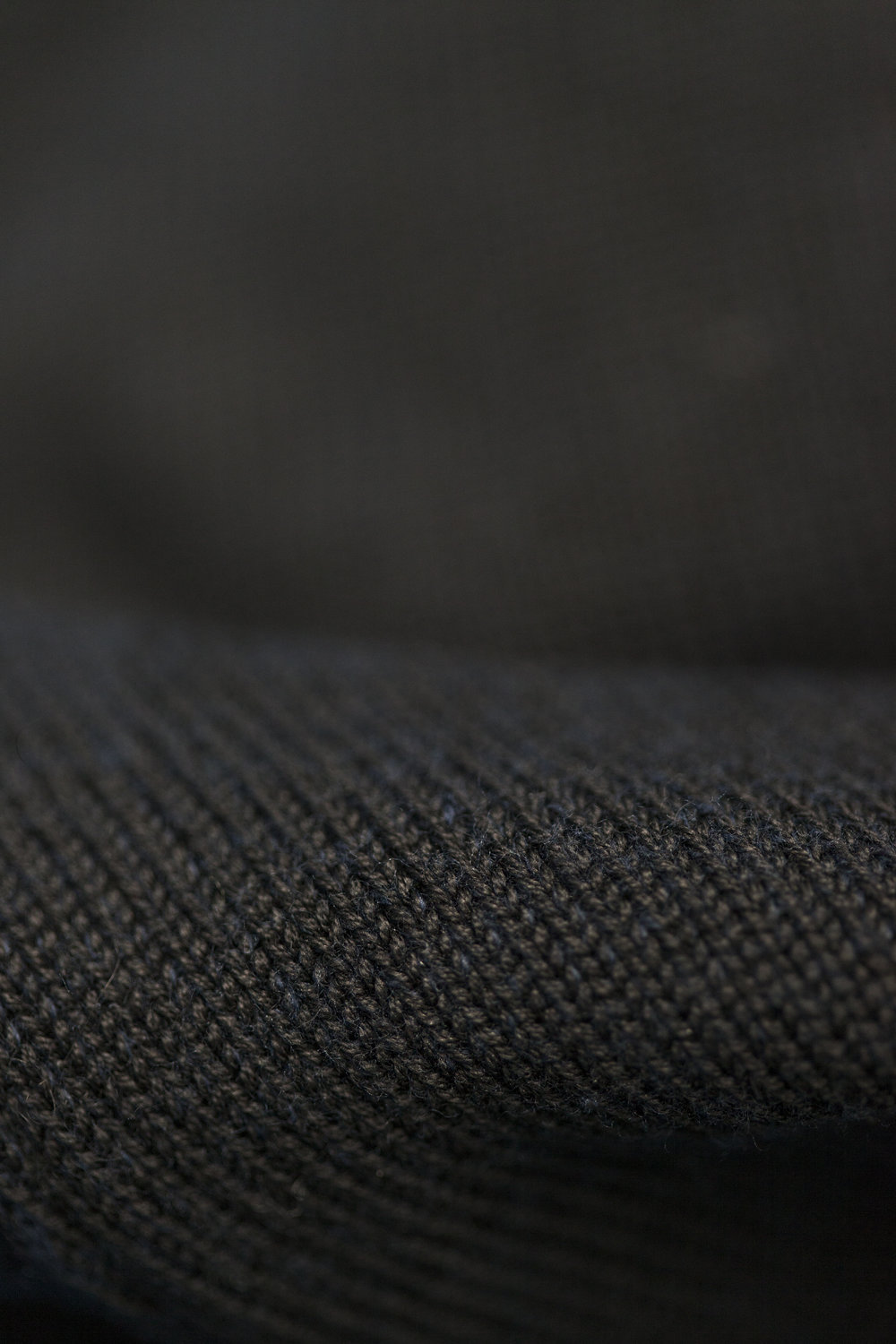 A navy inner side in mercerized cotton where as the black surface is wool. This both creates a comfortable wearability but also a beautiful shading of the colors. Used on style Shade Knit