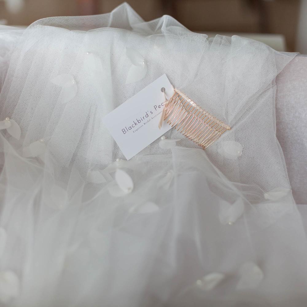 Romantischer-handgenähter-Schleier-individuelle-Anfertigung-mit-Blütenblättern-und-Perlen