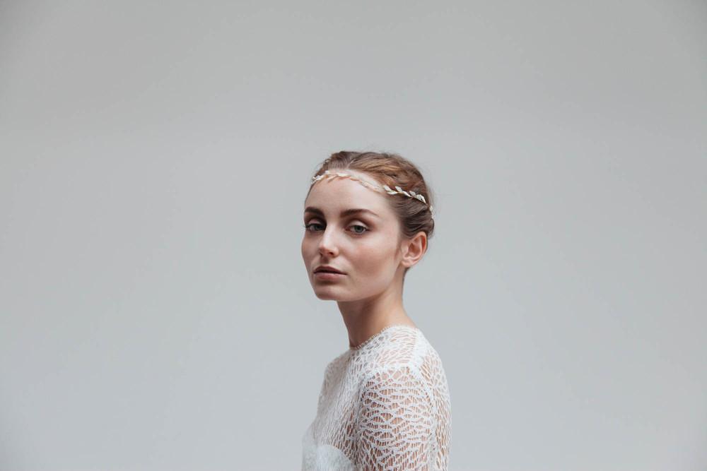 Blackbird's Pearl Bridal Zartes-Haarband-für-die-Braut-handgefertigter-Haarschmuck-für-die-bohemian-Hochzeit.jpg
