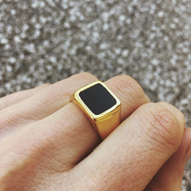Unisex Black Onyx Signet Ring cast in 18 Carat Gold ⠀⠀⠀⠀⠀⠀⠀⠀⠀ Lovingly handcrafted in India by happy hands 🖐🏽 This ring is so comfy too, literally fits like a glove. ⠀⠀⠀⠀⠀⠀⠀⠀⠀ We get a lot of requests for mens jewellery. So guys this is one for you too!! ⠀⠀⠀⠀⠀⠀⠀⠀⠀ #signetring #mensring #womensring #18caratgoldring #blackonyxring #classicring