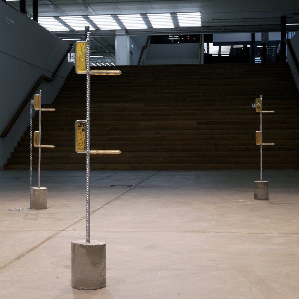 Wild plants collected next to constuction sites in Zürich. Metal poles, metal chain epoxy, gold pigment, concrete.  Exhibition Visarte & Reta 003, Zhdk, Zürich, Switzerland