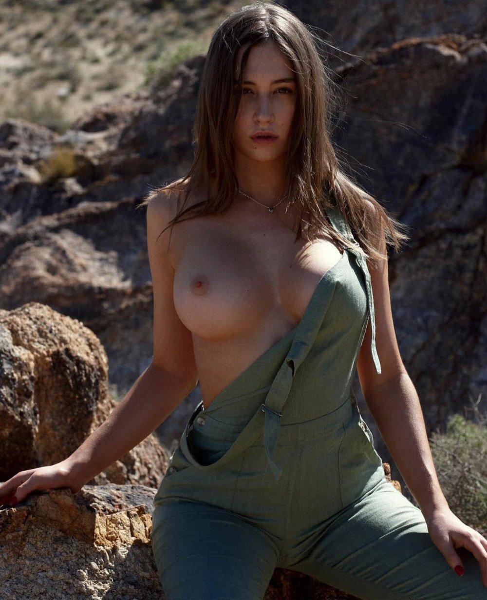 Elsie-Hewitt-Playboy-May-2017-Stefan-Würth-4.jpg
