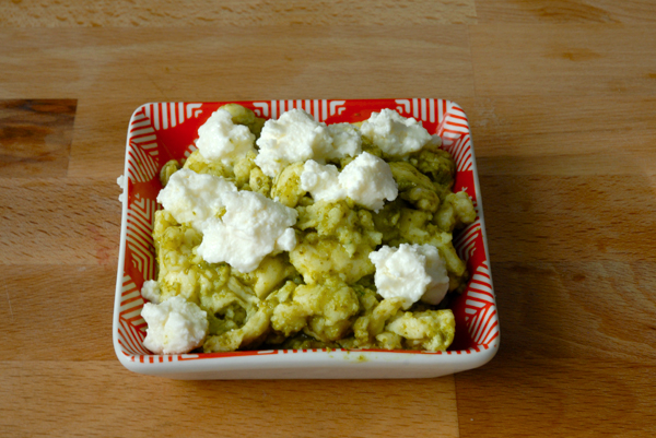 How to make soft scrambled eggs with ricotta and pesto
