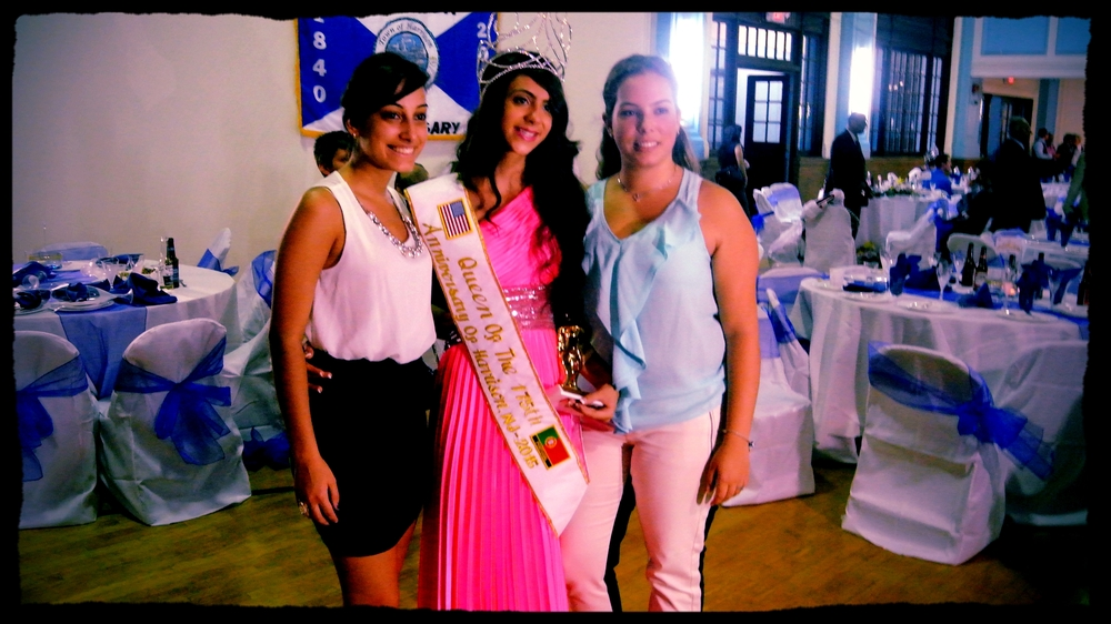 Queen Catia Alves (center)