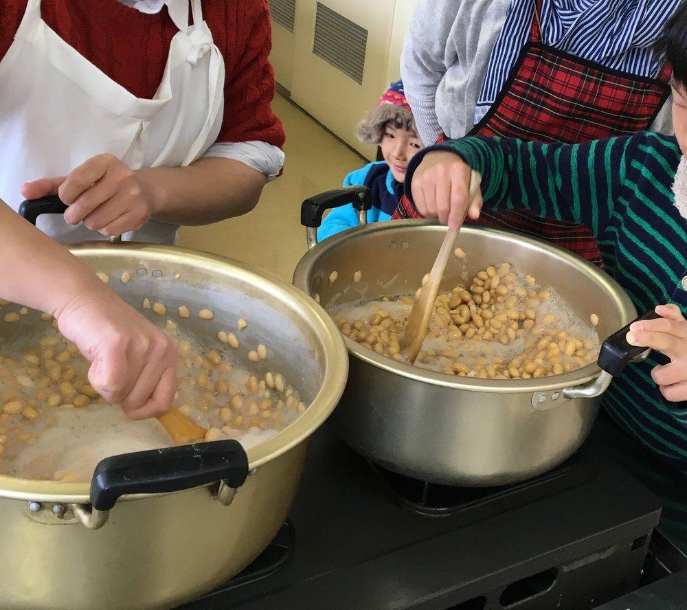 味噌作りはお子様も楽しめますよ、ぜひご一緒にどうぞ!