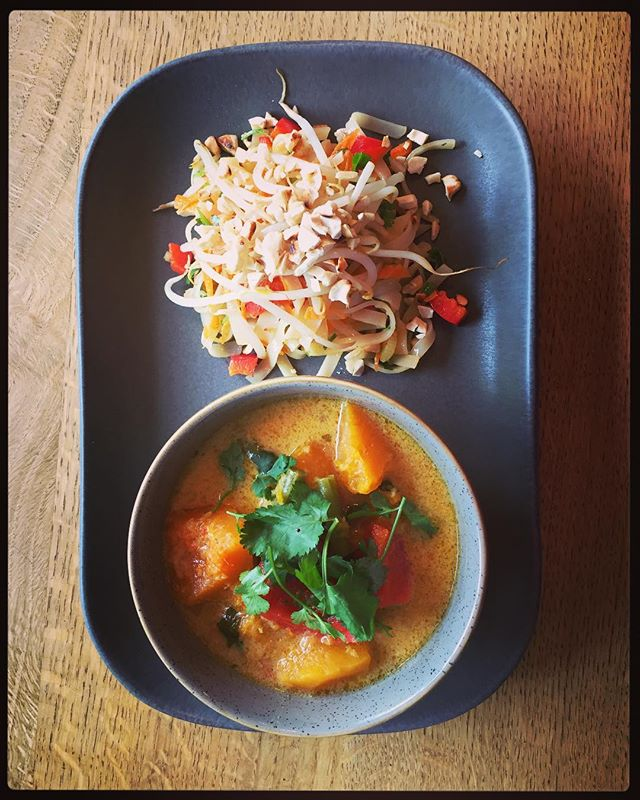 🚨 New special alert 🚨  Thai Curry with a rice noodle salad,toasted cashews and stir fried bean sprouts in sesame oil! Yum Yum 😋  It's entirely gluten free and Vegan for those that need it! This ones for you @ecjeffs !!! We miss you!! 😘 . . . . . . . . . #thai #thaifood #thaicurry #ricenoodles #rattleghyll #rattleghyllcafe #cashews #beansprouts #ricenoodles