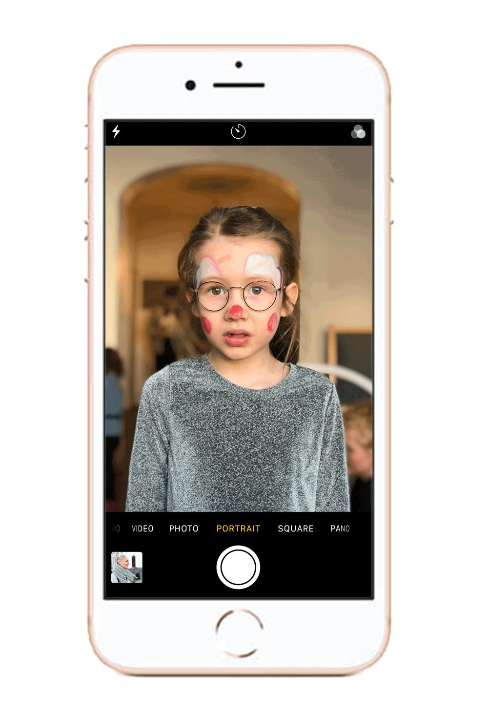 - Portrait mode eller porträttfunktionen är en funktion tillgänglig på iPhone 7+, 8+ och X som gör det möjligt att ta bilder med ett vackert skärpedjup och en mjuk bokeh. Välj denna inställning innan du börjar fota för att få ditt objekt att poppa mot sin omgivning. Om du inte har just dessa versioner av iPhone, hoppa över detta steg och fortsätt till nästa.