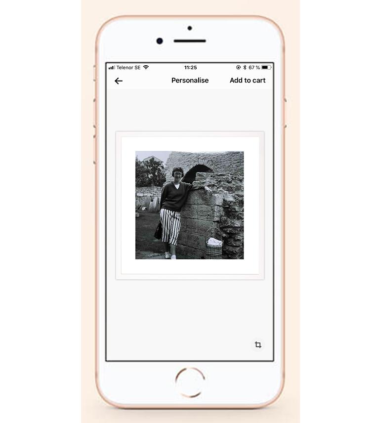 Skapa din gåva - Öppna din Framkalla-app och välj produkt. Ladda sedan upp din bild/dina bilder, beskär och beställ. Dina återupplivade minnen levereras redo att ges bort inom några arbetsdagar.